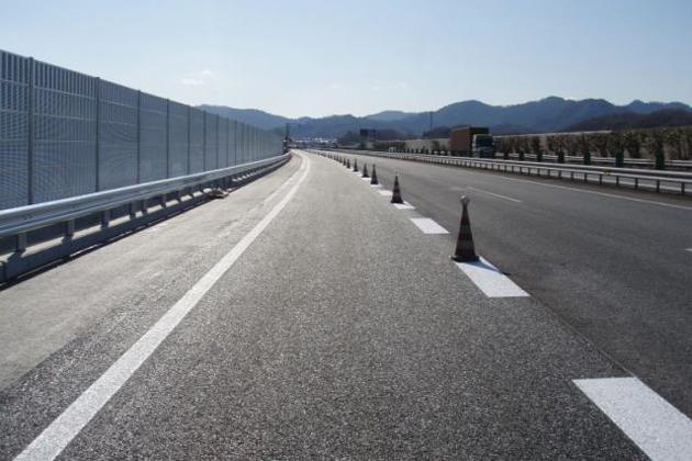 画像は中央道 元八王子地区に新しく完成した「ゆずり車線」