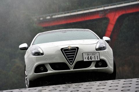 雨の中から登場したのはアルファロメオ ジュリエッタ  ■1.4リッターエンジン(170ps/250Nm)6速AT/6速MT FF駆動 ¥3,180,000(消費税込み)
