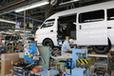 オーテックジャパン 本社工場 キャラバンのLV「チェアキャブ」にステップを装着中。