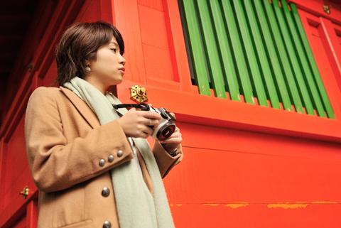 最近流行のミラーレスカメラ。朱色のお社がとても綺麗だね。