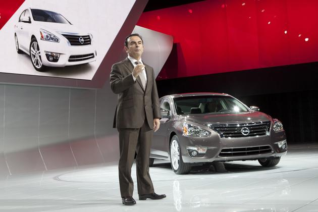 ニューヨークモーターショー2012で公開された日産 新型「アルティマ」[2013年モデル]と、日産のカルロス・ゴーンCEO