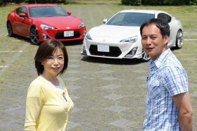 (左)飯田裕子さんと86・オートックワン号/(右)飯田章氏と86・水戸納豆AT号