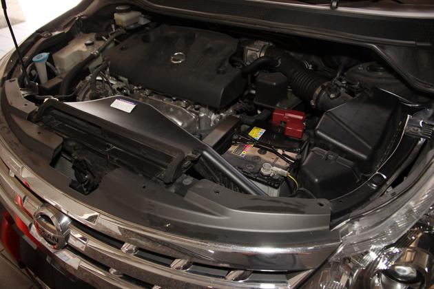 画像はオートックワン社用車「日産 プレサージュ」のエンジンルームです