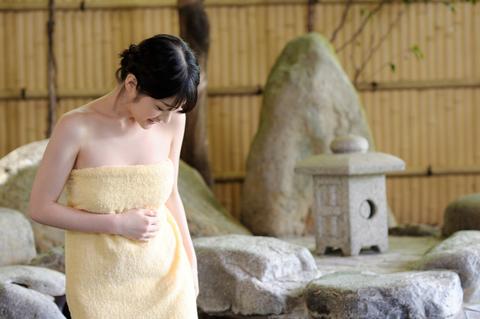 気持ちいい? 演出のため、タオルを巻かせてもらってます。
