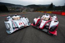 世界耐久選手権 ルマン24時間レース2012  2台のハイブリッドレースカー、左は「Audi R18 e-tron quattro」、右は「TOYOTA TS030 HYBRID」