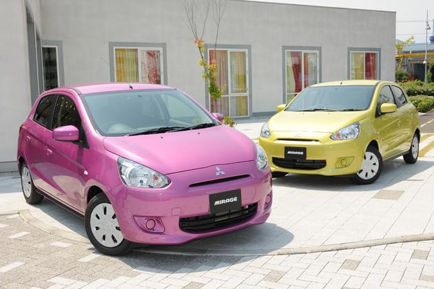 三菱 新型 コンパクトカー「ミラージュ」(左)「G」[ボディカラー:カシスパープルメタリック]/(右)「M」[ボディカラー:レモネードイエローメタリック]