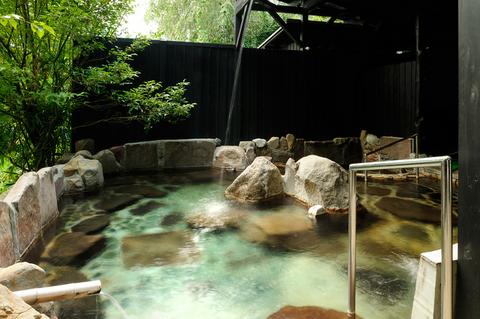 源泉かけ流しという「湯楽」の露天風呂。全部で4つのお風呂があります。
