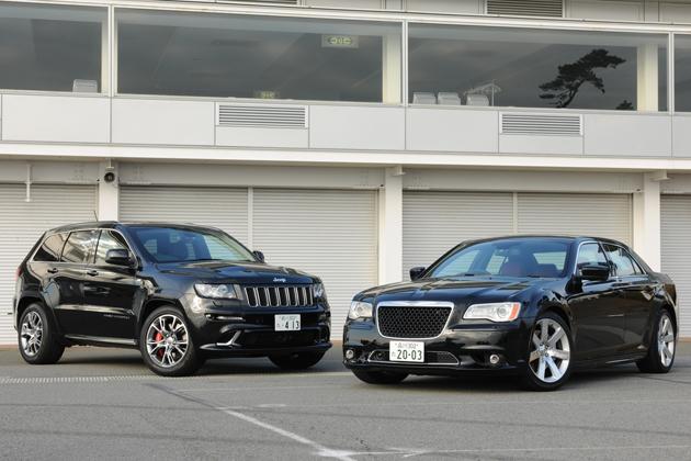 ジープ グランドチェロキー SRT8(左)とクライスラー 300 SRT8(右)
