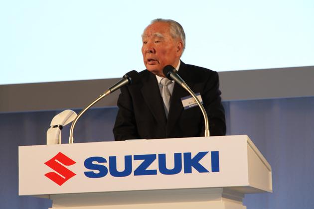 スズキ 新型スペーシア発表会で登壇するスズキ(株)代表取締役会長兼社長