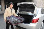 トヨタ クラウン「ハイブリッド アスリートG」ゴルフバッグを収納してみせる(ホントはゴルフをやらない)渡辺陽一郎さん(笑)