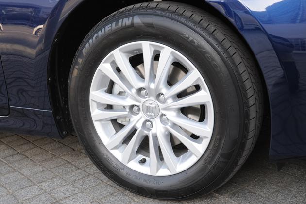 トヨタ クラウン「ハイブリッド ロイヤルサルーン」215/60R16 95Hタイヤ