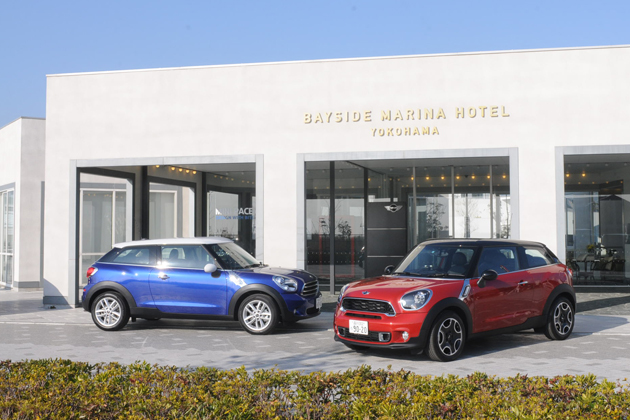 MINI Cooper Paceman[ボディカラー:スターライト・ブルー](左)とMINI Cooper S Paceman[ボディカラー:ブレイジング・レッド](右)