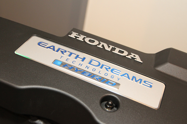 2.0L DOHC i-VTEC アトキンソンサイクルエンジン上部のロゴ