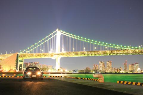 夜の埠頭で輝くロードスター