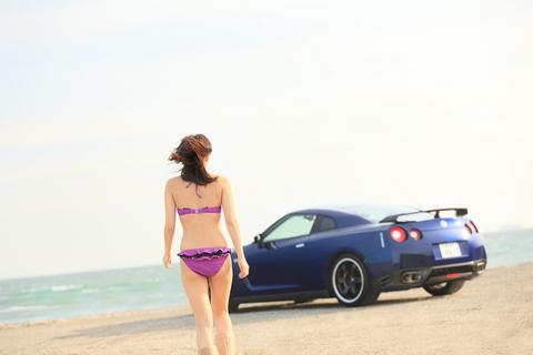 浜辺のGT-Rと美女