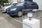 トヨタ、新型カローラハイブリッドを発売 新宿アルタ前にジーンズでラッピングされた実車やドラえもんが登場!