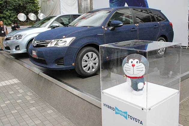 トヨタ 新型カローラ フィールダー ハイブリッド/ジーンズラッピングのカローラフィールダーとHYBRID JEANS ドラえもん ©Fujiko-Pro