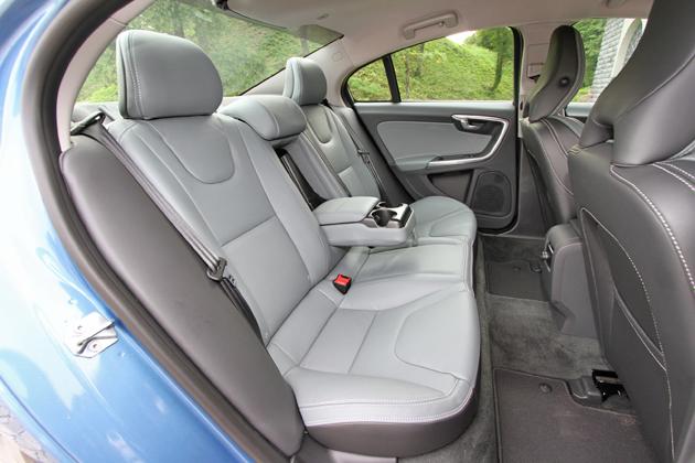 ボルボ S60 T4 SE[2014年モデル] リアシート(センターアームレスト使用時)