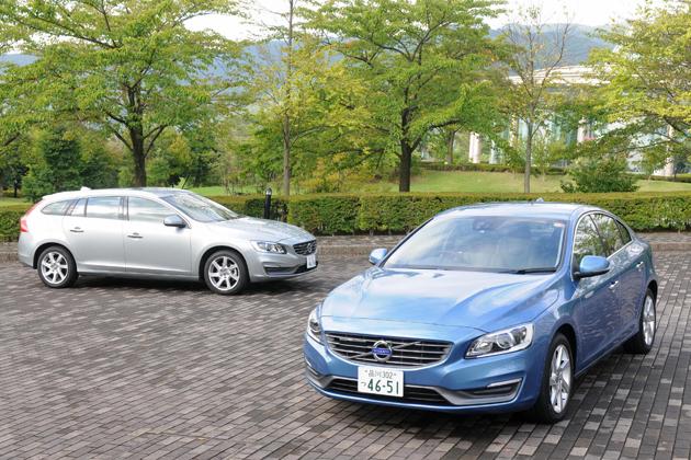 ボルボ V60 T4 SE[2014年モデル/ボディカラー:エレクトリックシルバーメタリック](左奥)とボルボ S60 T4 SE[2014年モデル/ボディカラー:パワーブルーメタリック(新色)]
