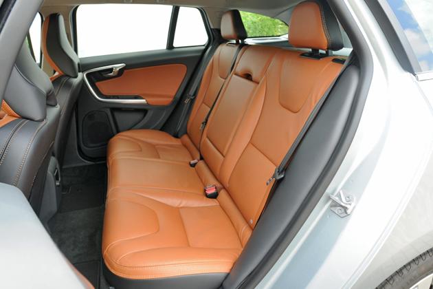 ボルボ V60 T4 SE[2014年モデル/インテリアカラー:ビーチウッド・オフブラック(本革スポーツシート)] インテリア・リアシート