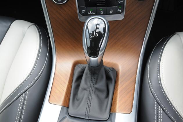 ボルボ XC60 T6 AWD[2014年モデル/インテリアカラー:ブロンド&オフブラック(本革スポーツシート)] インテリア・6速オートマチックトランスミッション・シフトノブ
