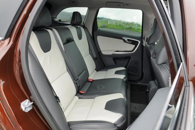 ボルボ XC60 T6 AWD[2014年モデル/インテリアカラー:ブロンド&オフブラック(本革スポーツシート)] インテリア・リアシート
