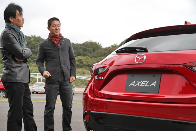 【DESIGNER'S ROOM】自動車評論家の森口将之さん(左)と、マツダ デザイン本部 「アクセラ」担当 チーフデザイナー 田畑 孝司さん(右)