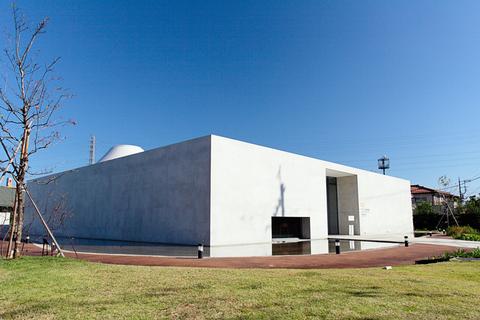 目的地は、埼玉県にあるヤオコー川越美術館。シンプルな建物がいかにもミュージアム!