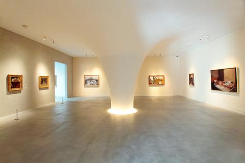 あたかもYの字に広がる優雅な曲面。この美術館は、建築家・伊東豊雄氏が手がけた。