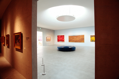 陰と陽。凸と凹。隣り合った展示室は、対照的なコンセプトで形づくられる。