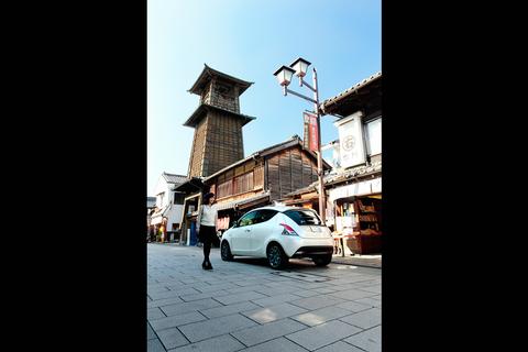 川越の象徴「時の鐘」とイプシロン。「蔵造りの町並み」として、古い建物が残される。