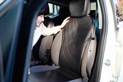 レザーシートの背もたれにも、アートなパターンが採用される。