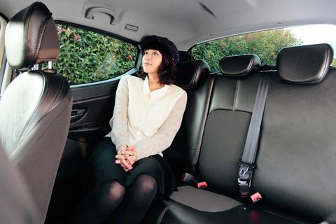 いつの間にか後席に。「じゃあ、やってちょうだい」って、運転手がわりですかぁ!?