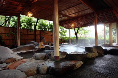 湯気の立つ露天風呂。弱食塩泉のやさしいお湯が満たされます。