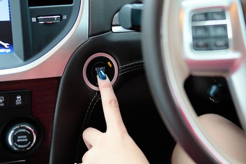 クライスラー300のスタートボタンを押すと、210kW(286ps)の3リッターV6エンジンが目覚めます。