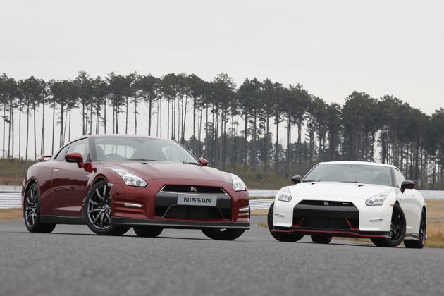 日産 GT-R Premium edition(2014年モデル)[ボディカラー:ゴールドフレークレッドパール(新色)](左)/日産 GT-R NISMO[ボディカラー:ブリリアントホワイトP](右)