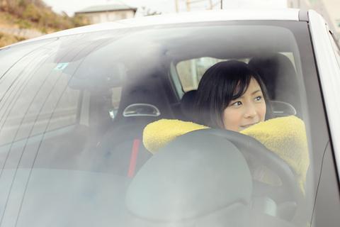 ドライバーズシートに座るのは、女優の高木古都さんです。