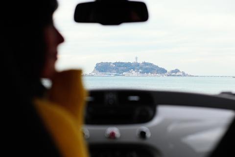 七里ヶ浜の駐車場から、江の島をのぞむ。