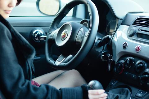 いかにもアバルトらしい、スポーティな内装が「ドライブしようぜ!」と明日香ちゃんを誘います