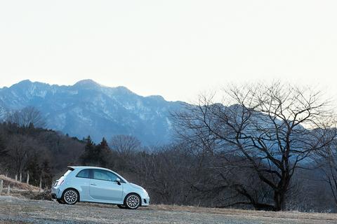 秩父の山脈をバックに、休日ドライブを堪能し帰路へと急ぐ明日香ちゃんとアバルト500でありました