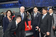 アウディ ハッケンベルグ博士と自動車ライターの今井優杏氏と学生カーソムリエの特派員の3名