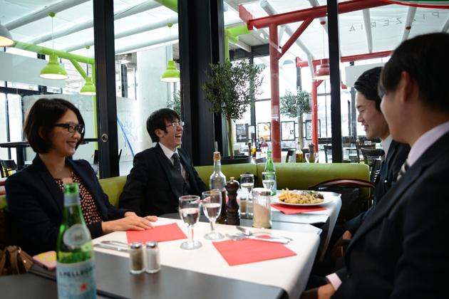食事中の今井優杏さんと学生カーソムリエ