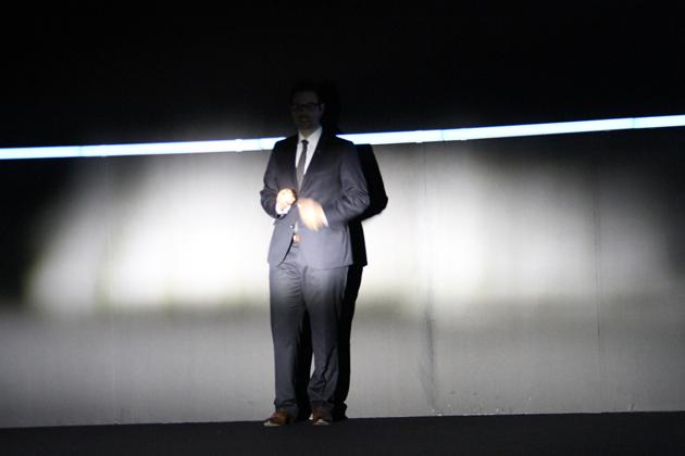 アウディ 新型A8「Matric LED headlight」のテスト。画像は「Matric LED headlight」がオフの状態