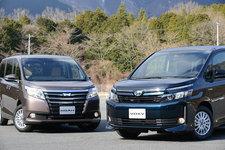 トヨタ 新型 ノア ハイブリッド「G」[2WD]/トヨタ 新型 ヴォクシー ハイブリッド「V」[2WD/ボディカラー:ブラキッシュアゲハガラスフレーク(特別色)](右)