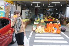 マツダ 新型アクセラディーゼル [グレード:XD]/フルーツショップでデコポンを入手し、ご機嫌の飯田裕子さん