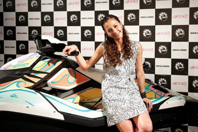 水上バイク「SPARK」とアーティストの土屋アンナさん