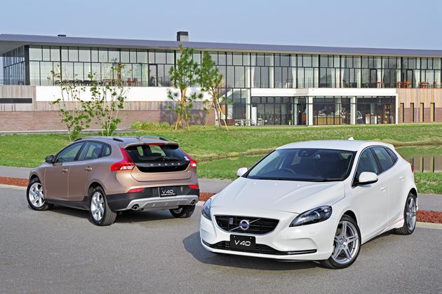 (左)ボルボ V40 Cross Country T4 Nordic、(右)ボルボ V40 T4 Sports
