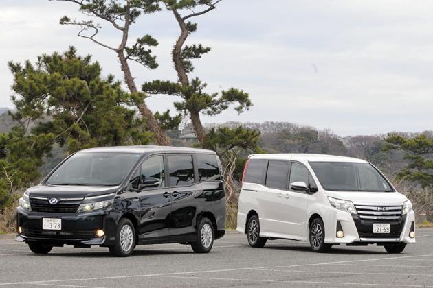 (左)トヨタ 新型 ヴォクシーハイブリッド V(7人乗り・FF)[ボディカラー:ブラキッシュアゲハガラスフレーク]