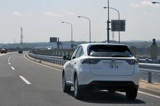 トヨタ 新型ハリアー(ガソリンモデル・ELEGANCE)の高速道路燃費測定中/アクアラインにて2