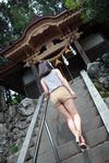 古びた神社と安産型ボディという奇跡のコラボ。ニッポン男児の本能がかきたてられます↑